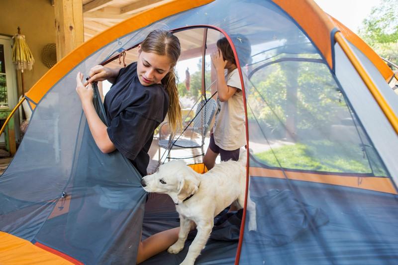Wenn es zu heiß wird, kann man auch einfach draußen im Zelt schlafen. Ein kleines Abenteuer