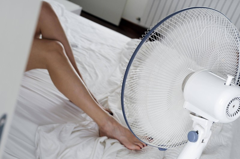 Wenn man Eiswürfel vor den Ventilator stellt, kann das in der Nacht besser abkühlen