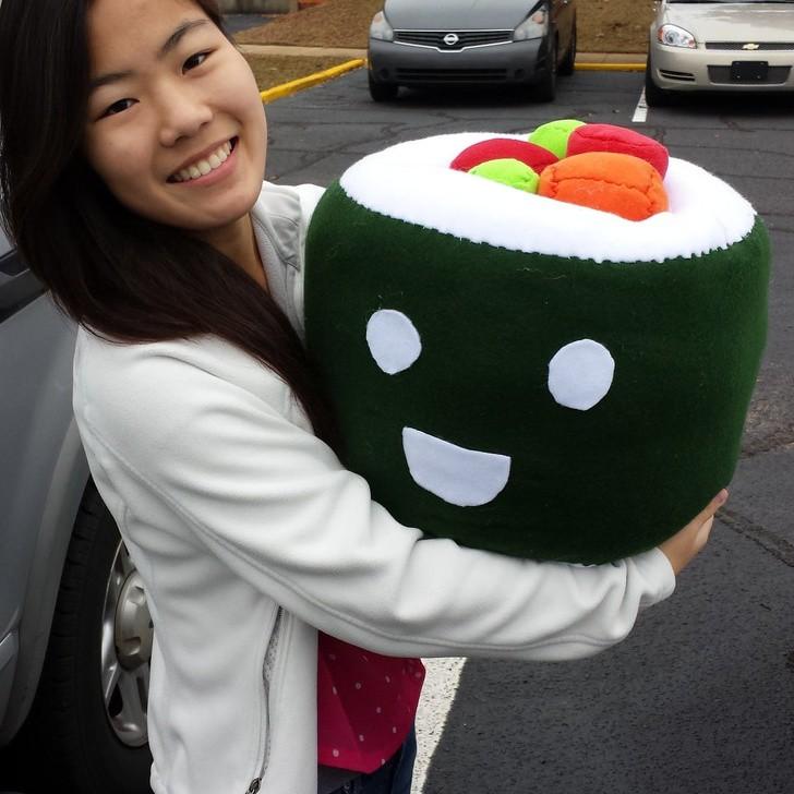 Dieses Bild zeigt ein Sushi-Kissen, ein Geschenk eines Mannes an seine Freundin.