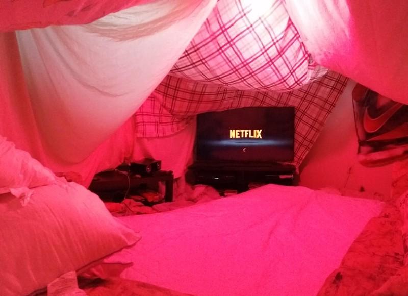 Dieses Bild zeigt eine Höhle aus Kissen und Decken, ein Geschenk eines Mannes an seine Freundin.