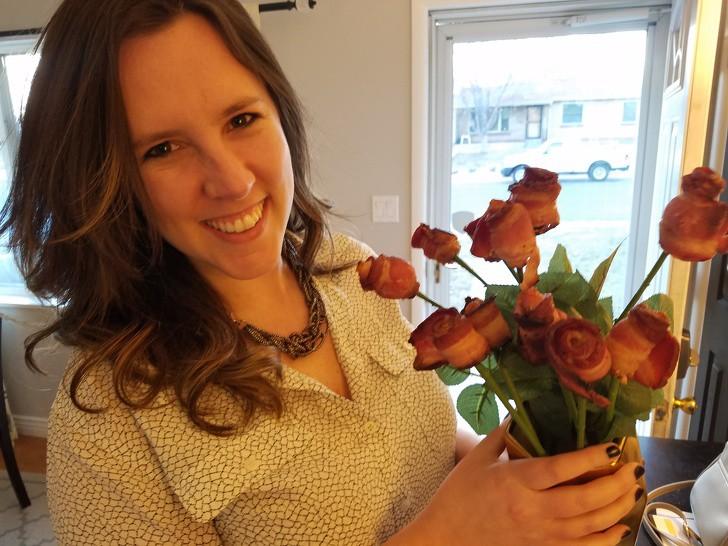 Dieses Bild zeigt einen Strauß Bacon-Rosen, ein Geschenk eines Mannes an seine Freundin.
