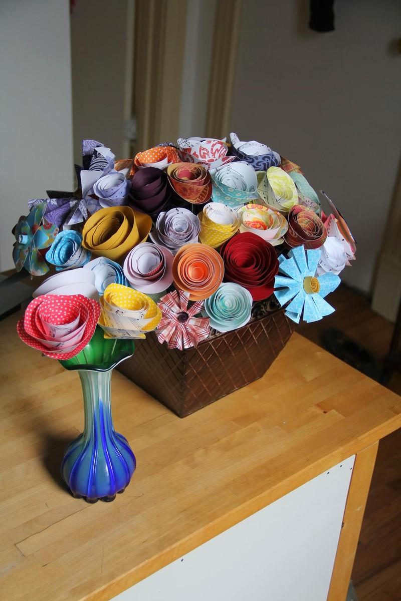 Dieses Bild zeigt Papierblumen, ein Geschenk eines Mannes an seine Freundin.