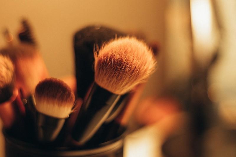 Man sollte sein Make-up im Sommer regelmäßig nachpudern.