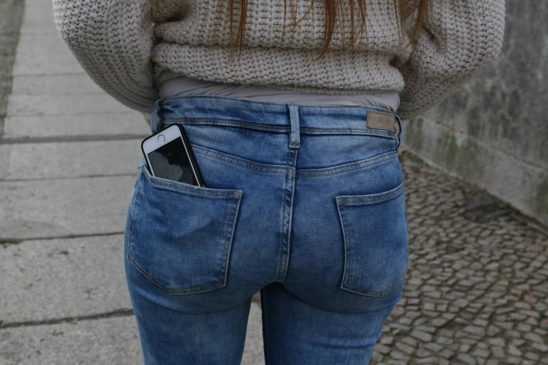 """Die Frau kaschiert mit der Jeans ihre """"Problemzone"""": """"Dicker Po""""."""