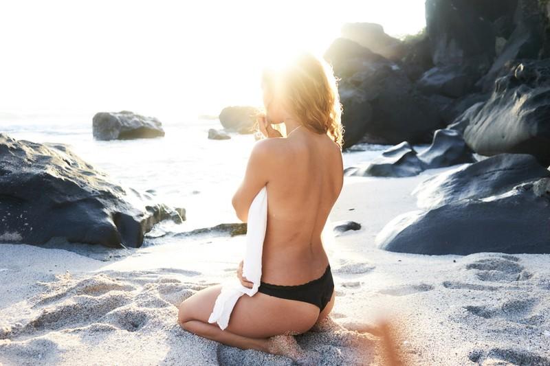 Dieses Bild zeigt eine Frau mit gebräunter Haut.