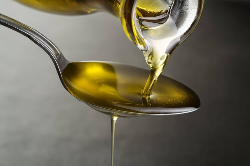 Auf dem Bild sieht man Sonnenblumenöl, das ein Lebensmittel für eine reine Haut ist.