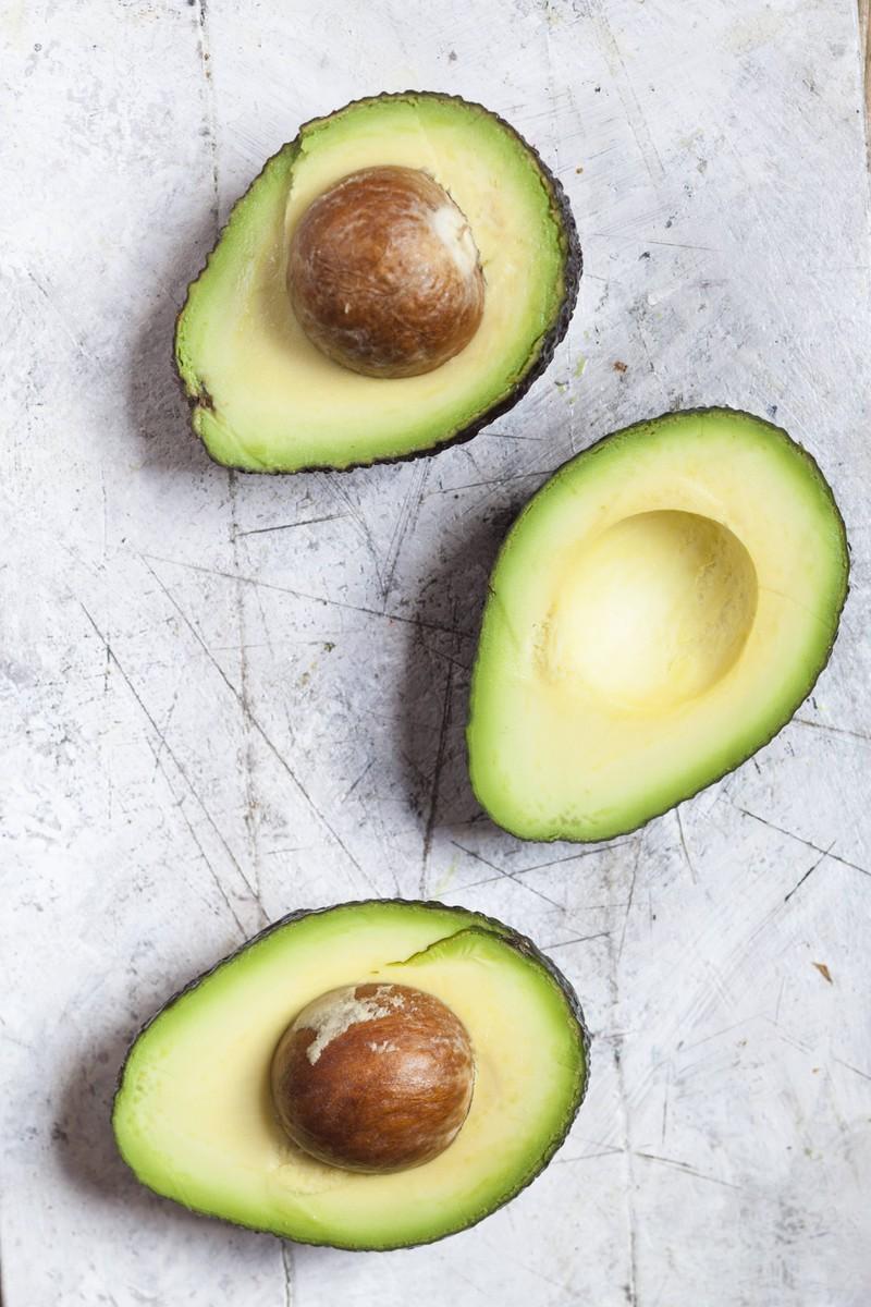 Man sieht Avocados, welche Lebensmittel für eine reine Haut sind