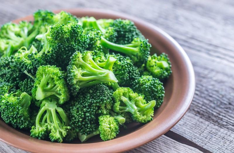 Man sieht Brokkoli, welcher ein Lebensmittel für eine reine Haut ist.