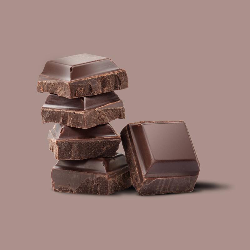 Man sieht eine Zartbitterschokolade, welche ein Lebensmittel für reine Haut ist.