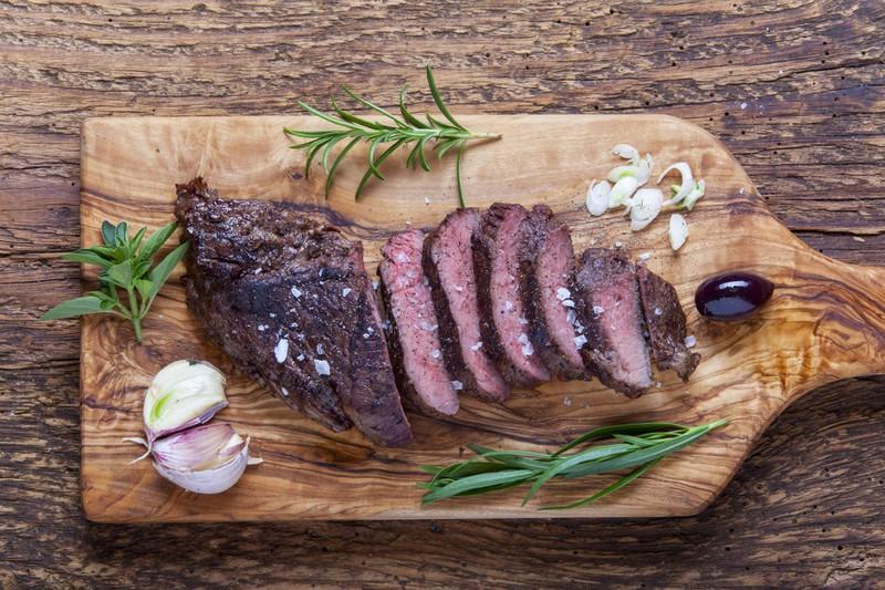 Man sieht fettarmes Fleisch, was ein Lebensmittel für eine reine Haut ist.
