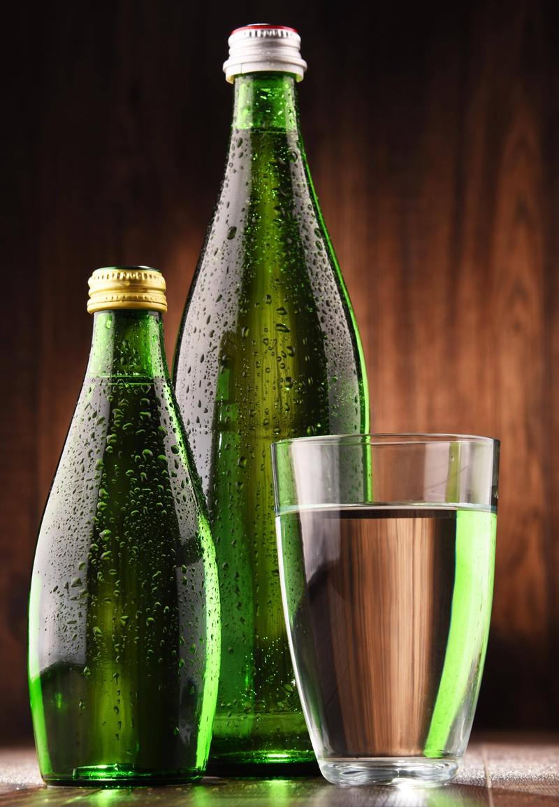 Man sieht Mineralwasser, das ein Lebensmittel für reine Haut ist.