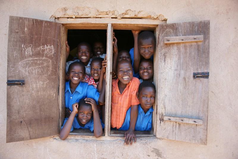 Viele afrikanische Kinder an einem Fenster