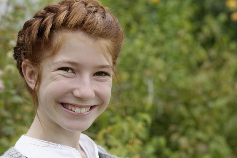 Junges Mädchen mit geflochtenem Haarkranz