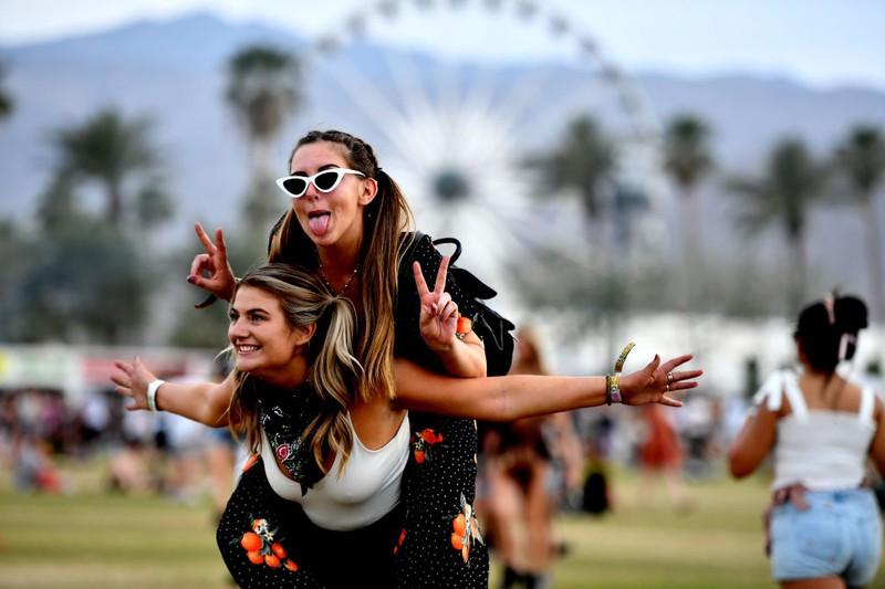 Zwei Frauen auf einem Festival