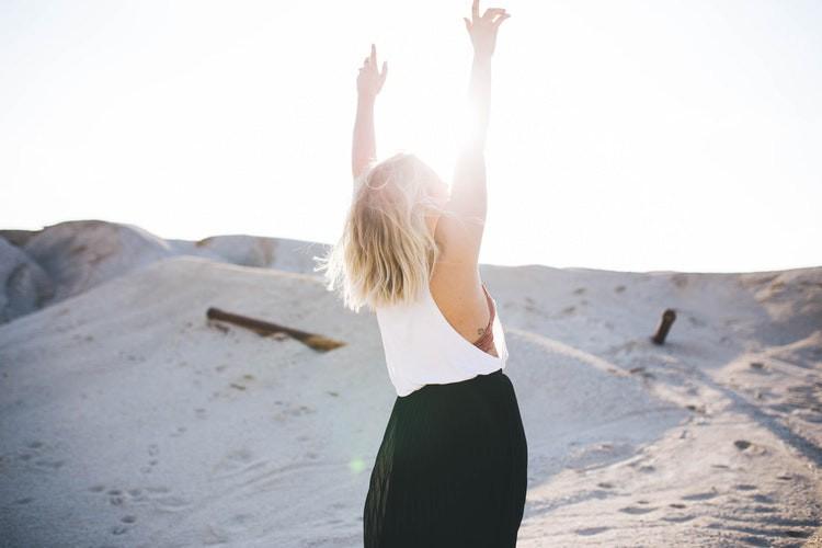 Eine Frau ist glücklich und es geht um die Studie über glückliche Frauen