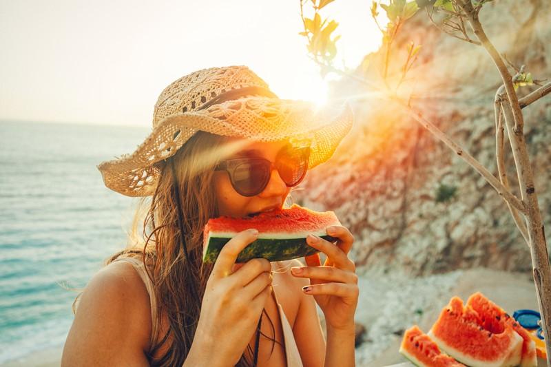 Eine Frau isst Melone