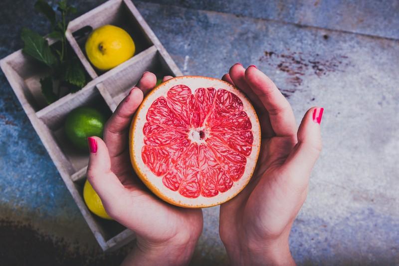 Grapefruit in Händen