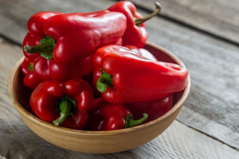 Paprika in einer Holzschale