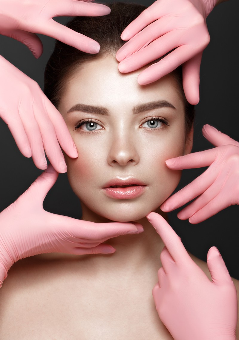 Die Frau schminkt sich Glossy Makeup Augen nach Anleitung