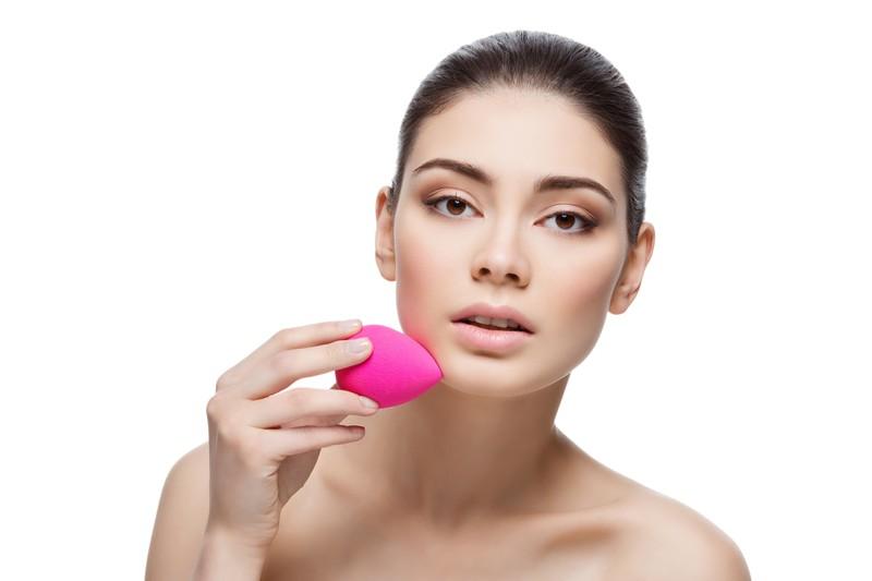 Die Frau trägt Glossy Makeup nach Anleitung