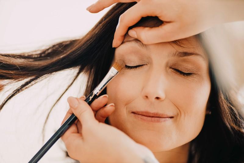 Ein Auge ist mit Glossy Makeup geschminkt nach Anleitung