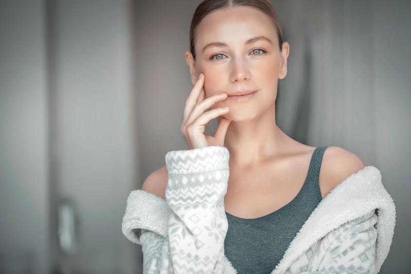 Zu sehen ist eine Frau mit Glossy Makeup und es geht um eine Anleitung für das Schminken
