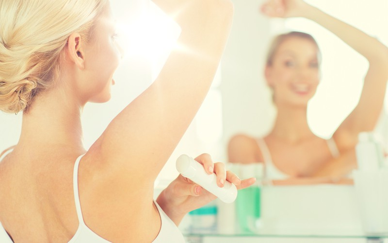 Ein gutes Deodorant kann bei schwitzigen Brüsten auch schon Abhilfe schaffen
