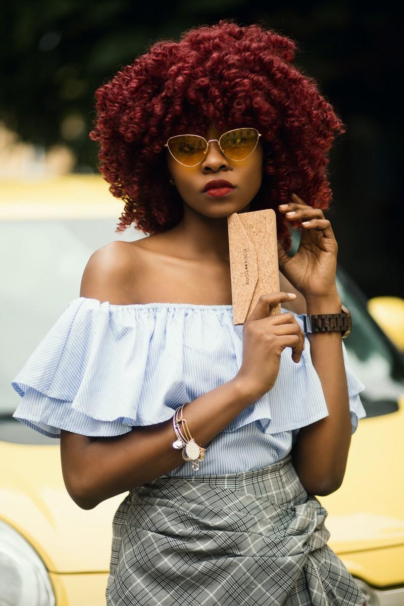 Frau im Afro-Look