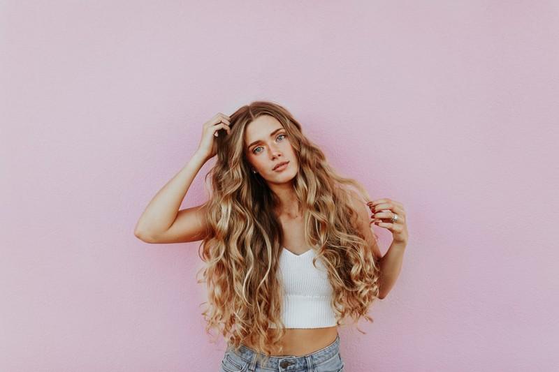 Mädchen mit sehr langen Haaren