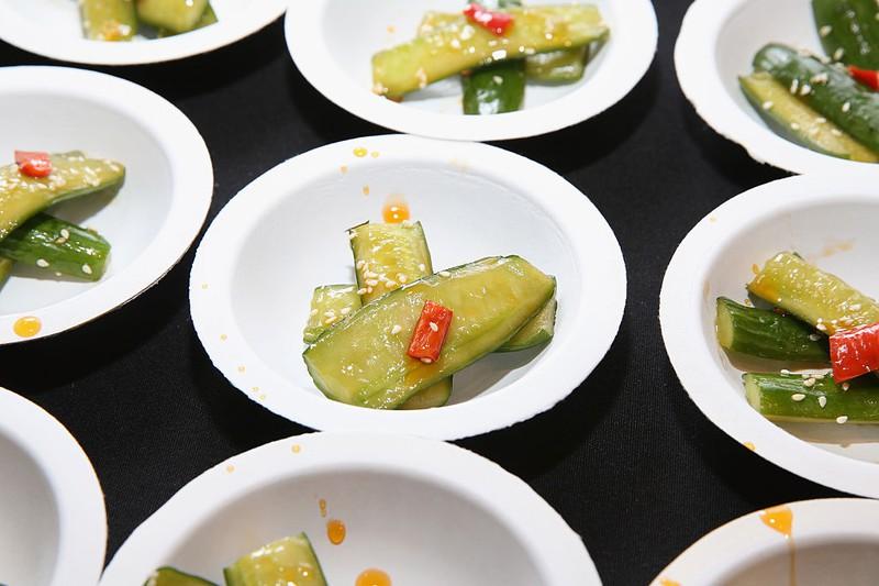 Saure Gurken, eingelegte Gurken, geschnitten in kleinen Tellern serviert