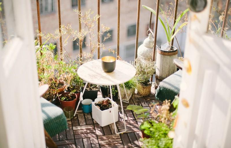 Balkon, auf dem Pflanzen und Gemüse angepflanzt werden