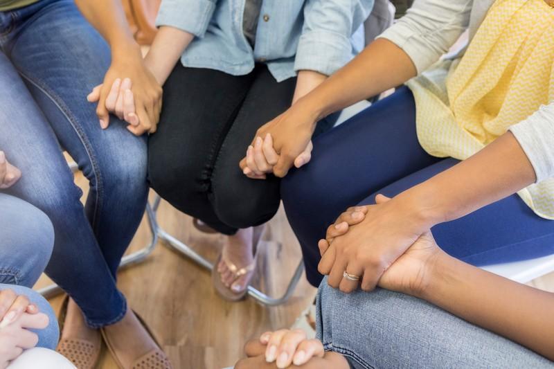 Frauengruppe gibt sich gegenseitig Kraft