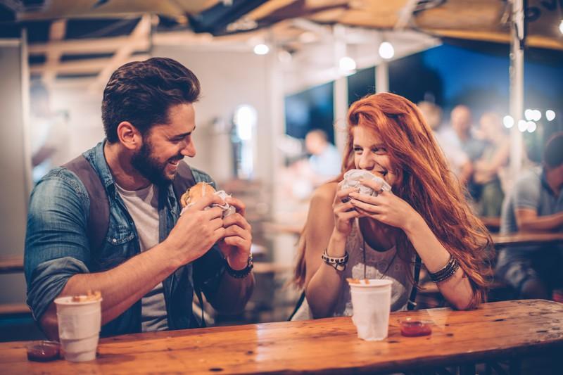 Junges Paar isst Burger