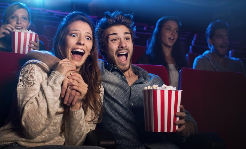 Paar ist im Kino