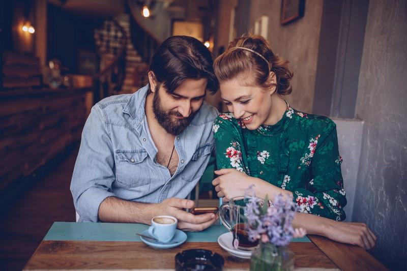 Paar schaut auf ein Handy