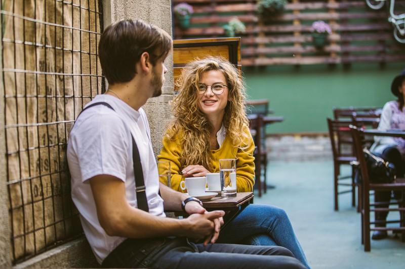 Paar unterhält sich beim Kaffee
