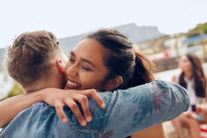 Sie umarmt ihn und ist glücklich
