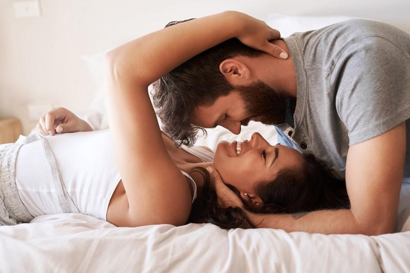 Mann und Frau liegen zu zweit auf dem Bett