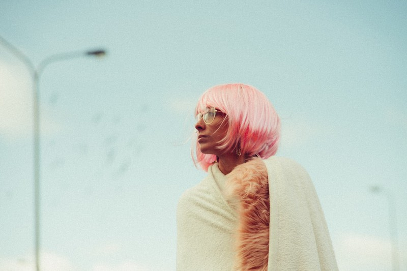 Frau mit pinker Perücke