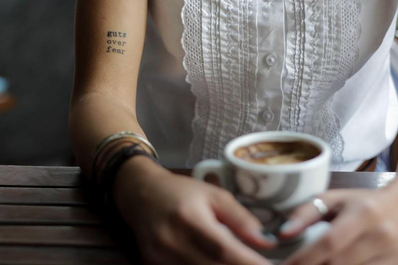 Frau mit Schrift-Tattoo