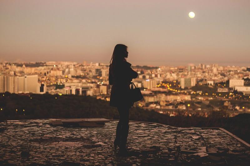 Frau, die einsam draußen steht