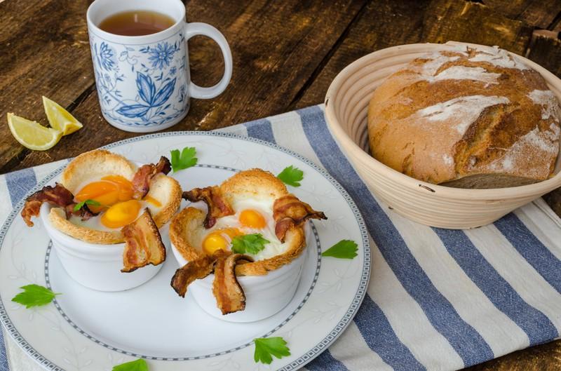 Leckere Toastmuffins mit Ei und Speck.