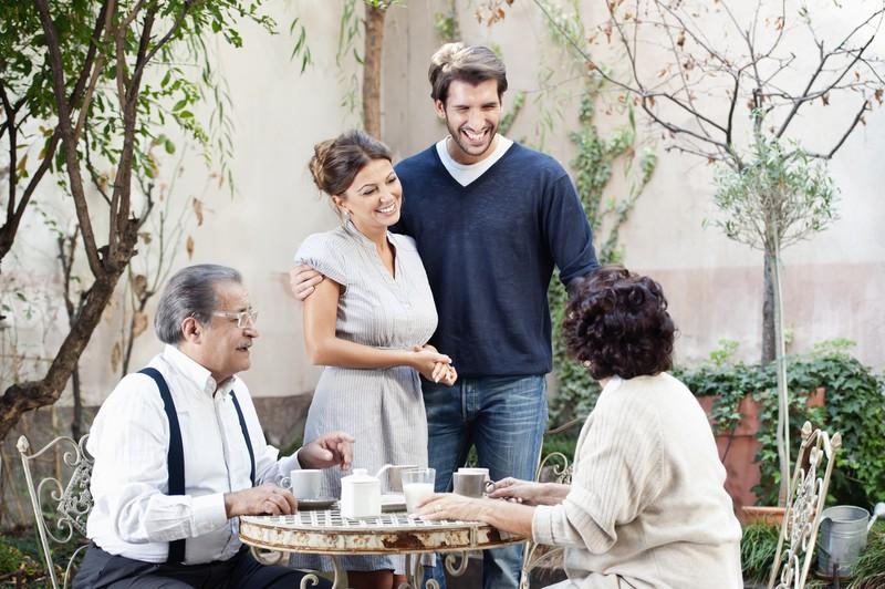 Mann stellt seinen Eltern seine feste Freundin vor