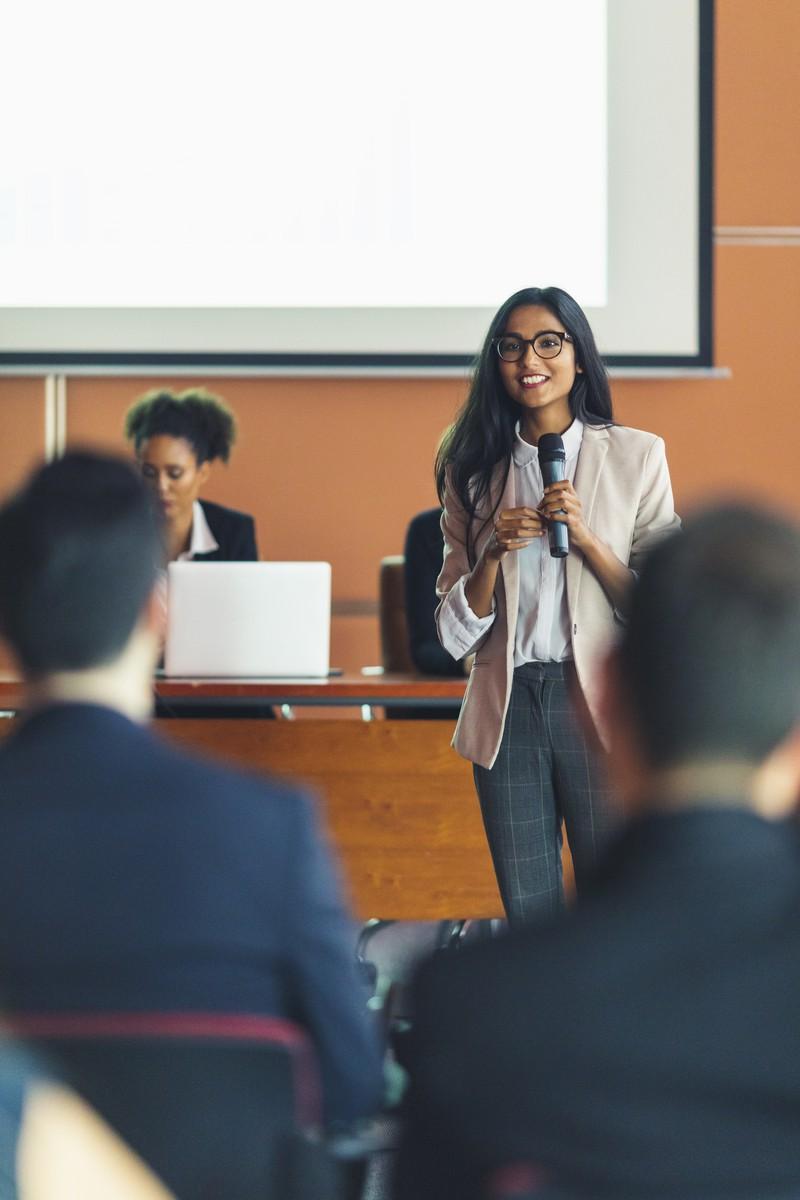 Frau hält bei Vorlesung Vortrag