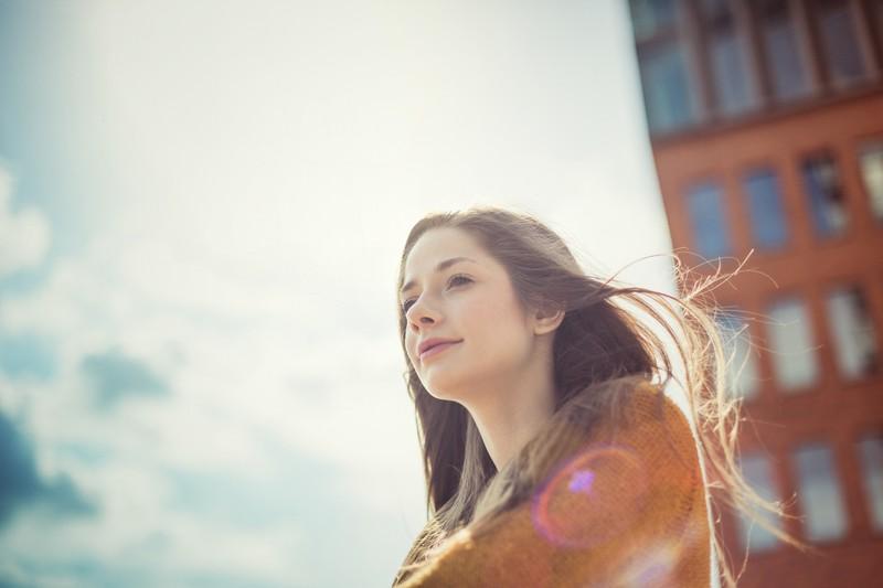 Glückliche Frau mit langen braunen Haaren