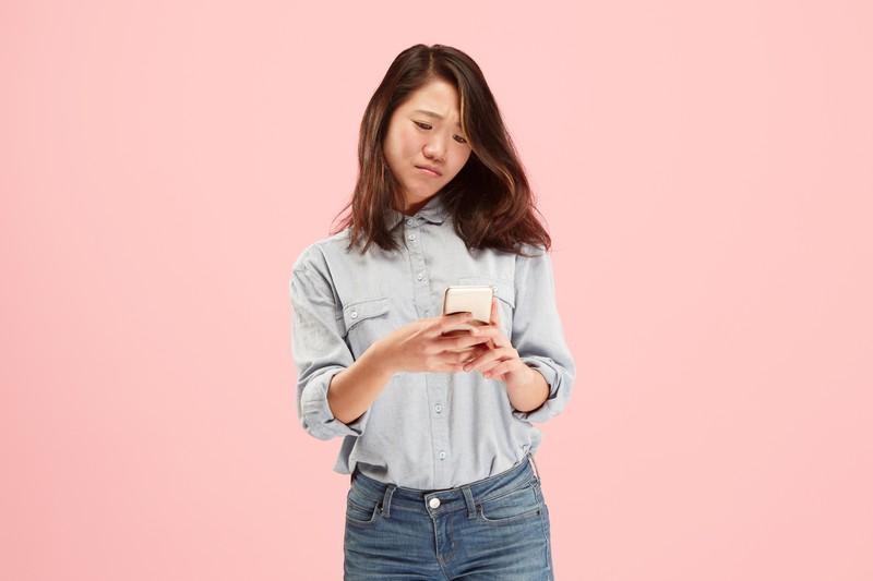 Unzufriedene Frau am Smartphone