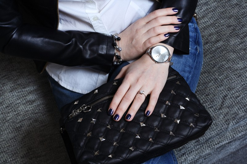 Nietenhandtasche von einer Frau