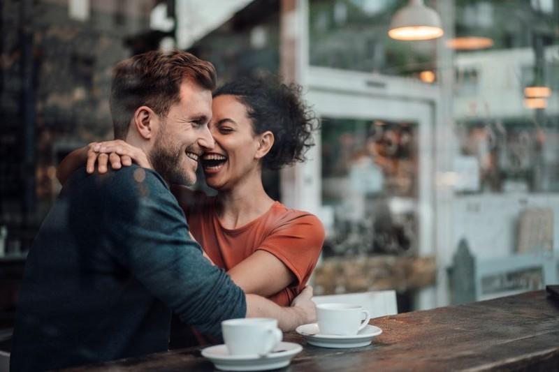 Das wichtigste ist, dass man zusammen lachen kann. Das verbindet Partner miteinander