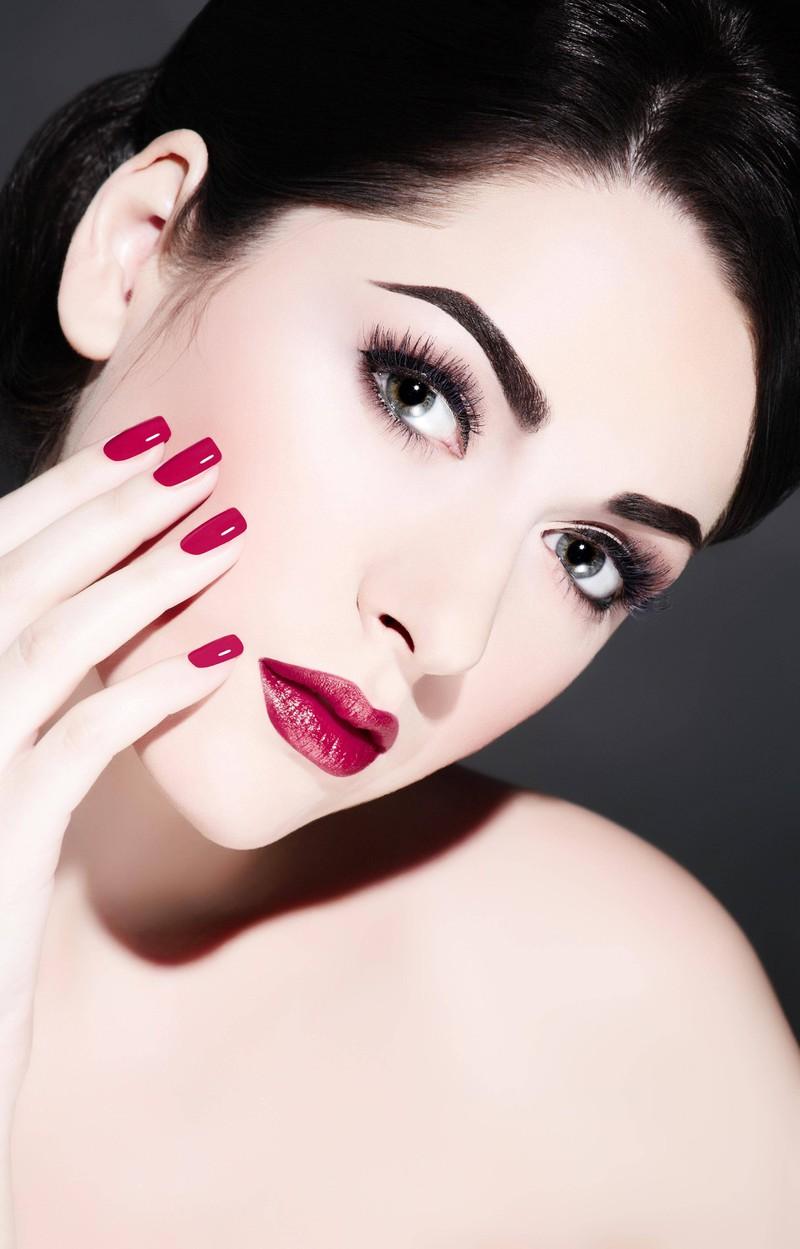 Eine Frau trägt viel Make-up, doch das finden Männer nicht immer schön