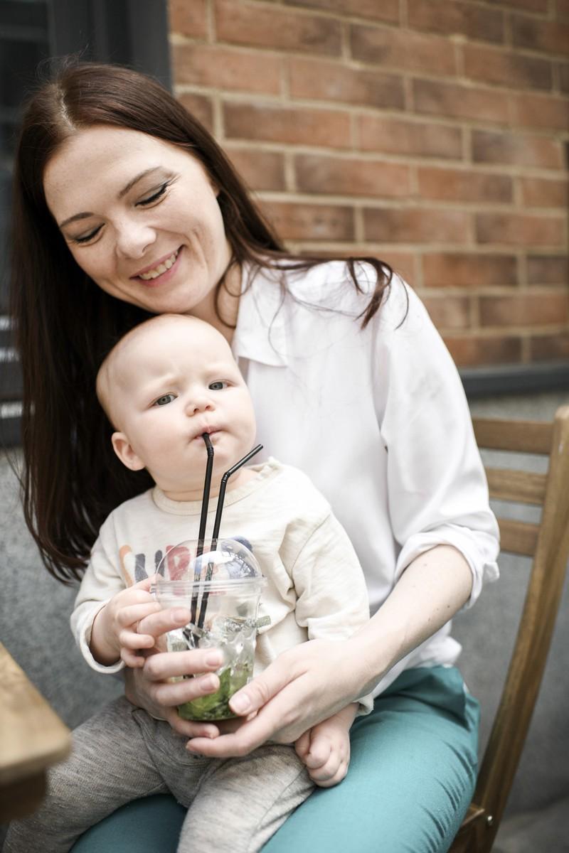 Eine Mutter hält ihr Baby auf dem Schoß und möchte ihm einen britischen Namen geben.